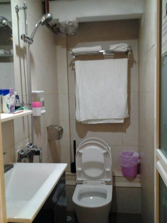 Alohas Hostel : small tidy bathroom