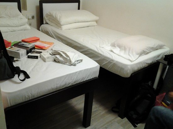 Alohas Hostel: on the air bed