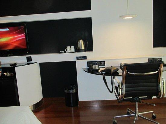 Hilton Madrid Airport: Desk area of bedroom.