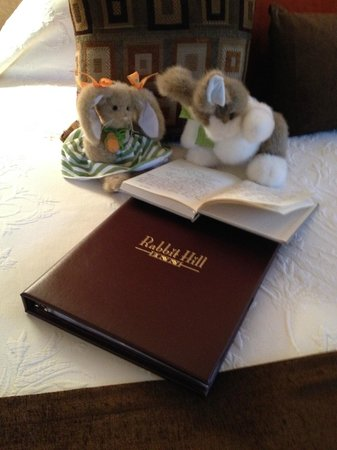 Rabbit Hill Inn: Greeters upon our arrival in our room!