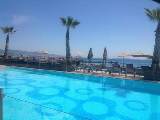 Pullman Cannes Mandelieu Royal Casino : Vue de la table terrasse