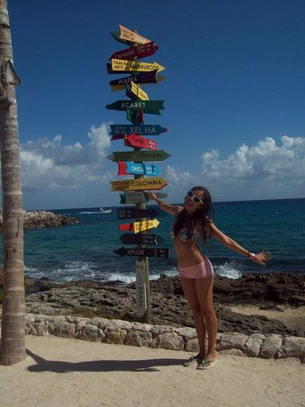 Xcaret Eco Theme Park: flechitas de colores en el área de playa
