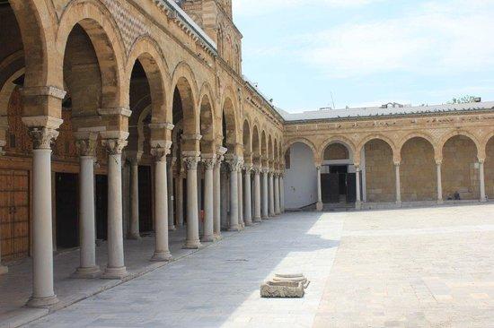 Zitouna Mosque : Porticos de la plaza