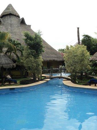 Villas HM Paraiso del Mar: Al fondo el bar de la alberca. No hay servicio de meseros en la alberca ni en la playa