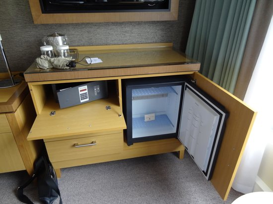 DoubleTree by Hilton Hotel London - Victoria: Fridge & coffee/tea