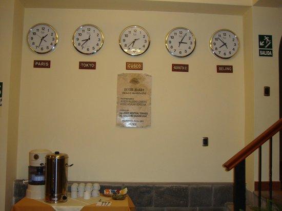 Hotel Mabey Urubamba : El horario en la entrada