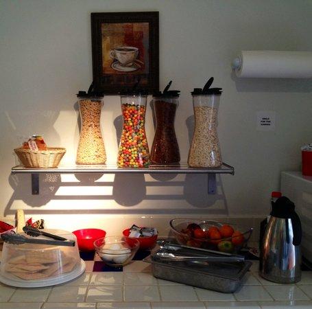 Bayfront Inn: Lite Continental Breakfast + freshly baked cinnamon buns