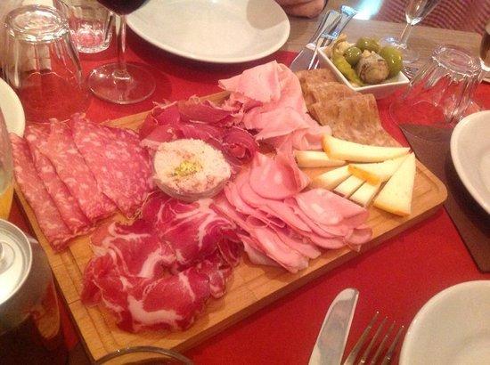 Osteria Bolognese: Il tagliere di salumi bolognesi con le crescentine