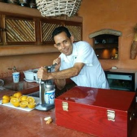 Casa Cuitlateca: Juan Carlos flexing his muscles-freshly squeezed orange juice