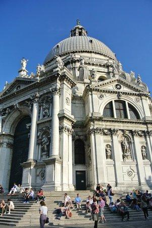 Punta della Dogana: Basilica di S Maria della Salute