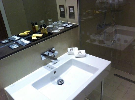 Morton Hotel: bathroom