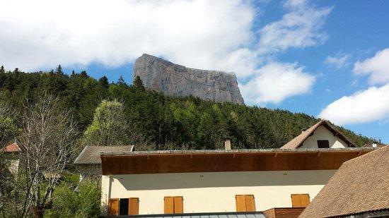 Au Gai Soleil du Mont Aiguille: Devant l hôtel en face du mont aiguille
