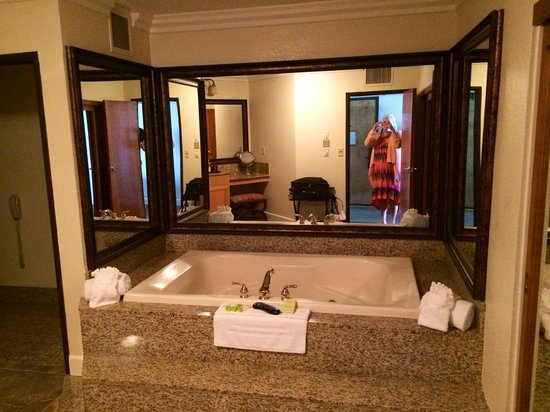 Pacific Terrace Hotel : The tub!!!