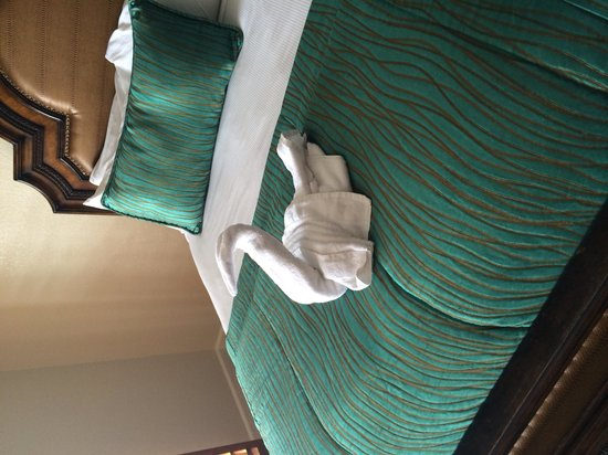 Pacific Terrace Hotel : Swan on our bed