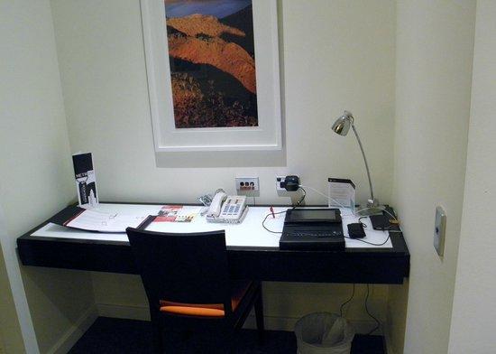 Adina Apartment Hotel Perth : Desk Area