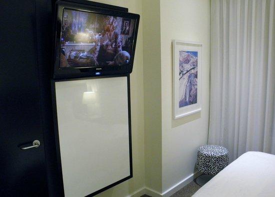 Adina Apartment Hotel Perth : TV in bedroom