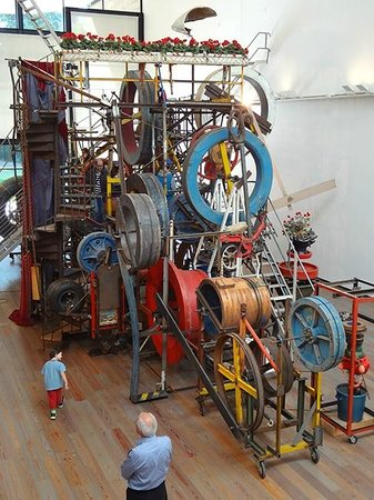 Museo Jean Tinguely: Jean Tinguely kinetic sculpture