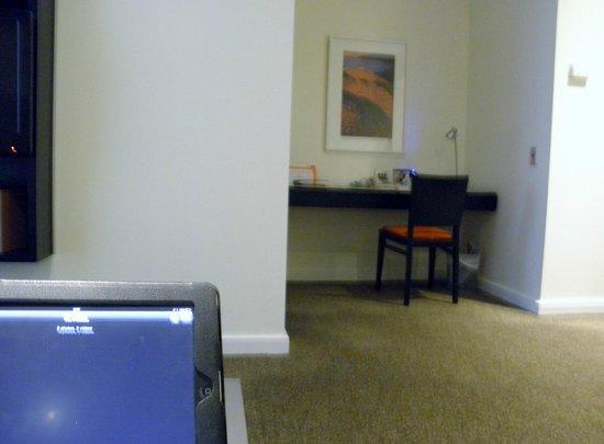 Adina Apartment Hotel Perth: Desk Area