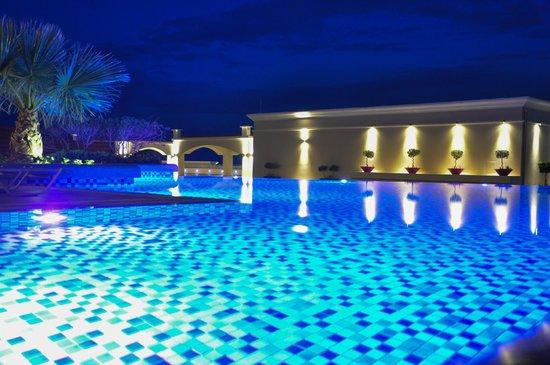 La Marquise Luxury Resort Complex: Zwembad op derde verdiep s'avonds