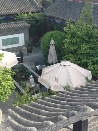 Hotel Cote Cour Beijing : View from restaurant terrace down to the courtyard