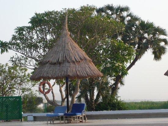 Jolie Ville Hotel & Spa - Kings Island, Luxor : Sunshade at Adults Pool