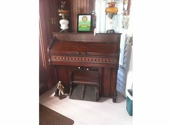 Blue Gables Bed & Breakfast: Piano on the porch