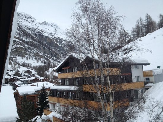 Hotel Berghof Zermatt: View out our room window - Left