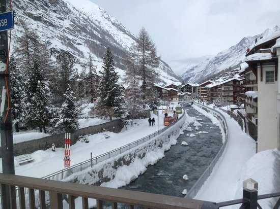 Hotel Berghof Zermatt: Walking street along river to city center