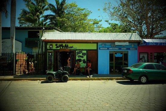 Simon Says Smoothie Bar: front view