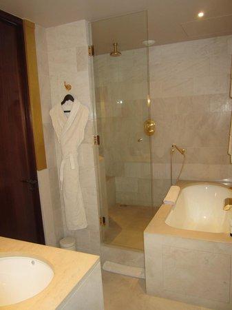 Park Hyatt Paris - Vendome: bathroom has a great soaking tub