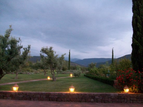 Kasbah Angour Atlas Mountains Hotel: Garden at dusk