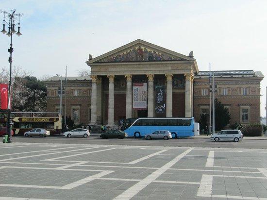 Place des Héros : Galerie des Arts