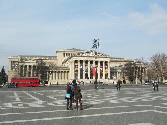 Place des Héros : Musée des Beaux Arts
