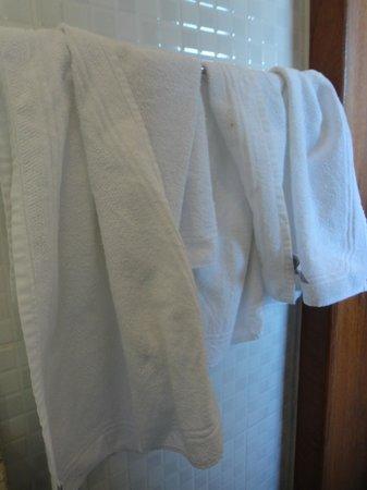 Pousada O Pescador: Toalhas no banheiro da suíte ao chegarmos (usadas)