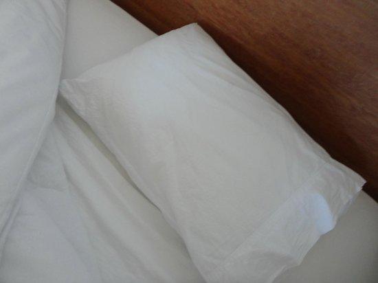 Pousada O Pescador: Roupa de cama usada e suja . Como encontramos o quarto..