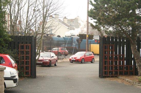 The Whitecliff Inn & The Marine Bar: Steam trains pass the Whitecliff's car park!