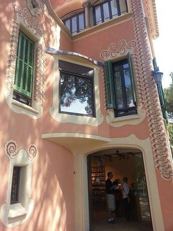 Gaudi House Museum: pretty in pink