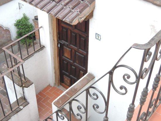 Jade Guesthouse : un joli petit escalier descend de la terrasse vers la chambre