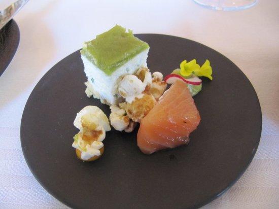 Le Flore: Aperitiefhapje, gemarineerde zalm en geitenkaas met aspergecrème