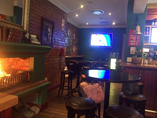 Woodcutters Arms: Crackling cosy fireplace
