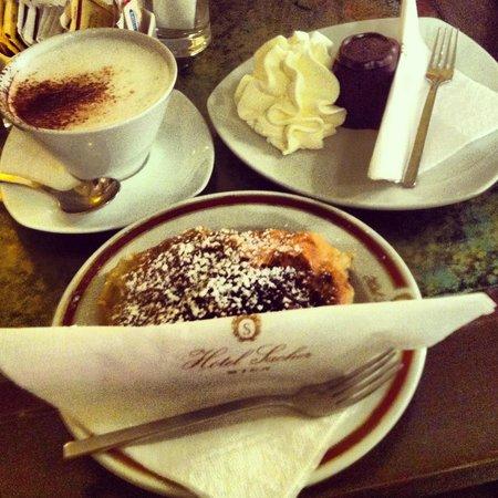 Яблочный штрудель и мини захер в кафе Захер
