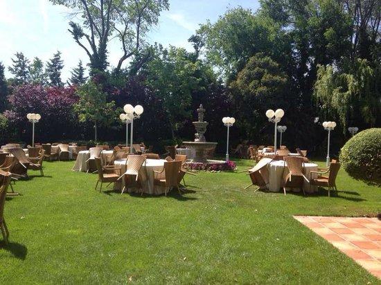 Fuentearcos : Comedor en el jardin