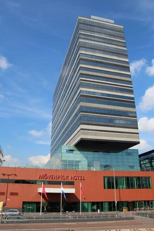Mövenpick Hotel Amsterdam City Centre : L'hotel vue de l'arrêt de tram