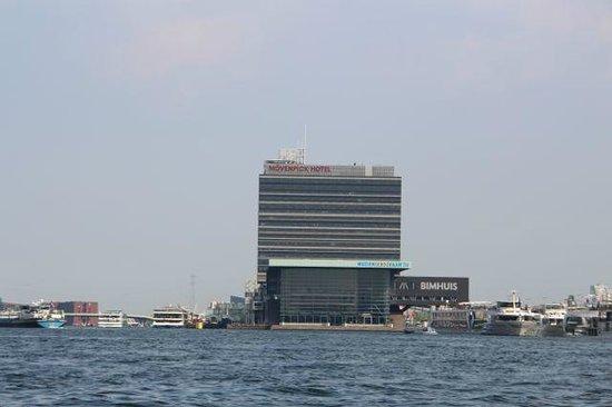 Mövenpick Hotel Amsterdam City Centre : L'hotel et le Bimhuis vus du canal cruise