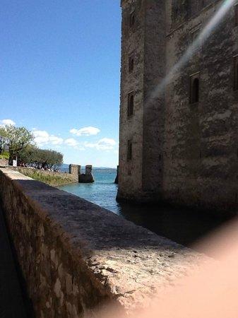 Rocca Scaligera di Sirmione: Ruela ao lado do Rocca Scagliera, Sirmione