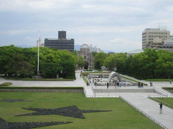 Hiroshima Peace Memorial Park : 原爆ドームを望む、広島平和公園です。
