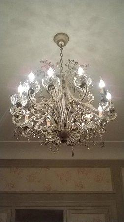 Hotel Metropole : kroonluchter in kamer (chandelier in room)