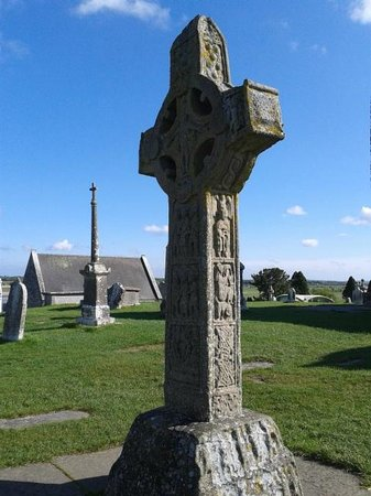 Arch House B&B & Apartments: Clonmacnoise. Big cross.