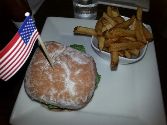 Gourmet Burger Bistro : American classic burger and fries