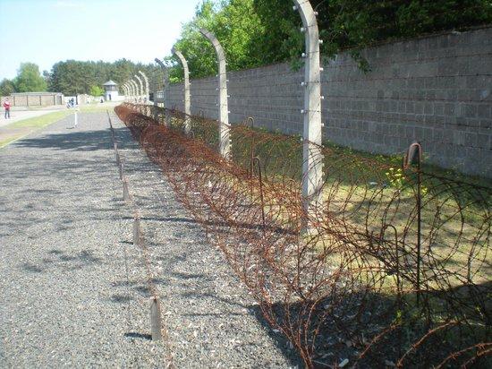 Berlinitaliano : Ricostruzione del perimetro con filo spinato